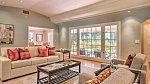 Dům má dva velké obývací pokoje, jeden slouží spíše jako přijímací hala, druhý jako místnost pro trávení volného času.