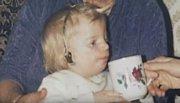 Jono nemá v pořádku sluch a od malička nosí naslouchátka.