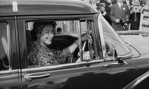 Královna Alžběta II. je zdatnou řidičkou i bez oprávnění.
