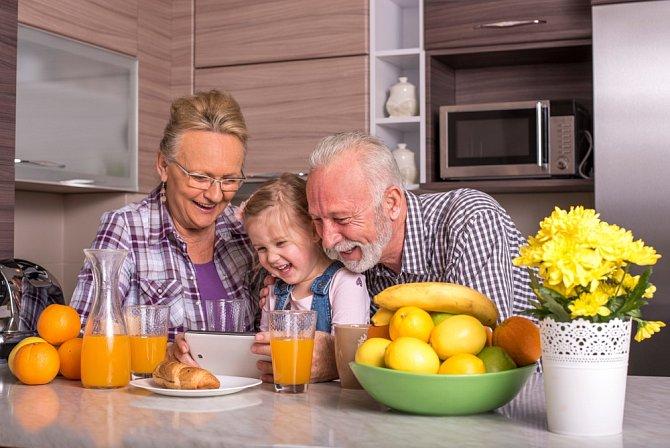 Pokud vám bude smutno, vězte, že jde jen o přechodné období. Jakmile přijdou vnoučata, můžete se nabídnout jako hlídací babička. Hned to u vás zase oživne.