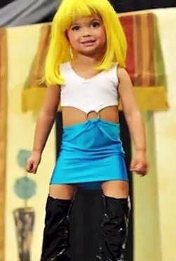Tato dívenka je oblečená jako hlavní představitelka kultovní Pretty woman, což byla prostitutka.