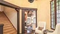 Přijímací salón z kterého je možné jít přímo do obýváku, nebo do vrchního patra.