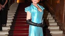 Český ples: Helena Vondráčková se ukázala ve společnosti po delší době. Z jejího modelu jsme v rozpacích. Chválíme ale barvu, která blondýnkám lichotí.