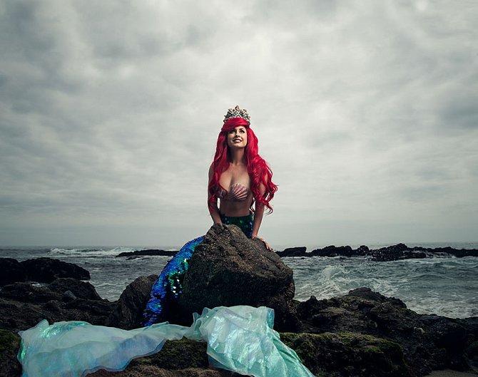 Ariel objevující lidský svět. Rusovlasá Vanessa Gordon v převleku za svou oblíbenou princeznu.