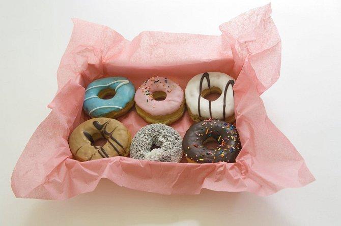 Když jdete pozdě, kupte donuty a kávu, nebudete působit jako, že jdete pozdě, ale, že myslíte na své kolegy.