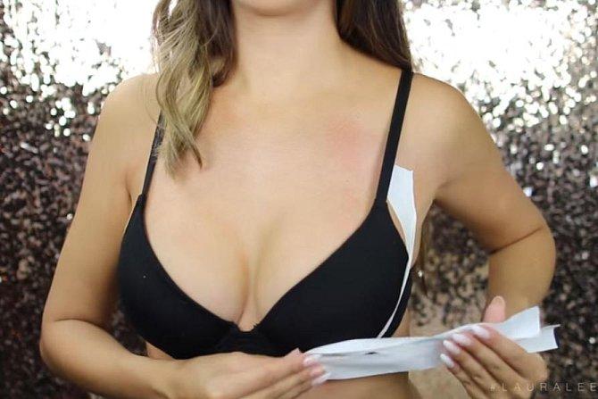2. tvarování poprsí do dekoltu - lepenku nanášejte odspodu nahoru po obvodu prsa