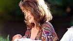 Elizabeth Adeney - Elizabeth je nejstarší britskou rodičkou, svého syna přivedla na svět, když ji bylo 66 let!