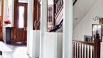 Ačkoli jednotlivé místnosti jsou velmi přeplácané dekoracemi, chodby domu jsou strohé.