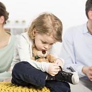Nejprve se musí vyřešit péče o nezletilé děti po rozpadu manželství. Pokud to nejde dohodou, rozhodnutí učiní soud.