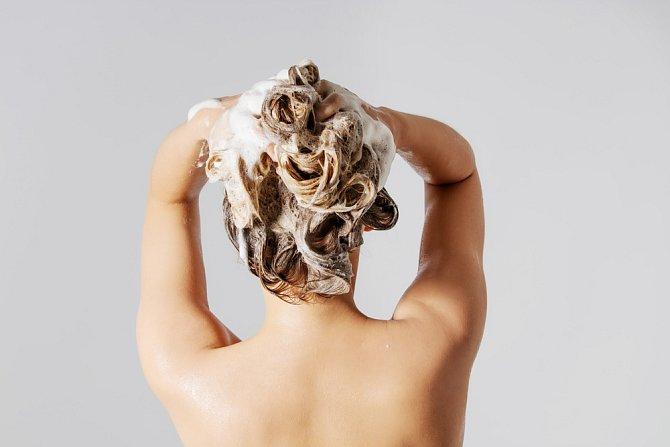 Masírujte jemně, nedrápejte, ale vyvíjejte dostatečný tlak, abyste prokrvily pokožku hlavy.