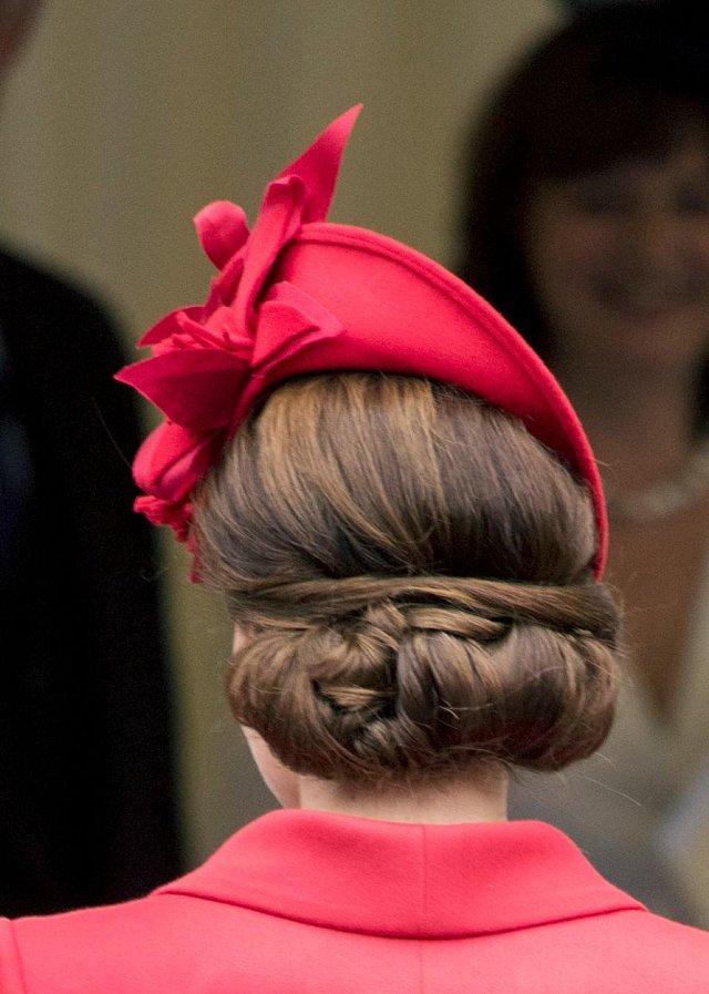 Klobouk doplňoval i velmi povedený uzel svázaný z jejích dlouhých vlasů.