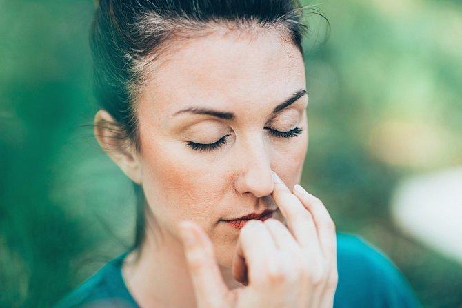 Změna dýchání může vysušeným rtům hodně ulevit.
