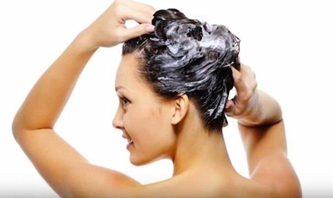 Čajem si také můžete umít vlasy. Stačí obsah sáčku promíchat ve sklenici vody a roztokem si umýt vlasy. Budou krásné a lesklé.