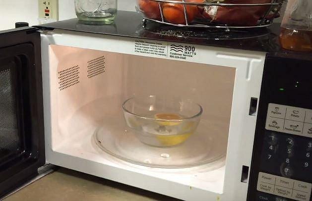 Misku s vodou a citronem vložte bez poklopu do mikrovlnné trouby.