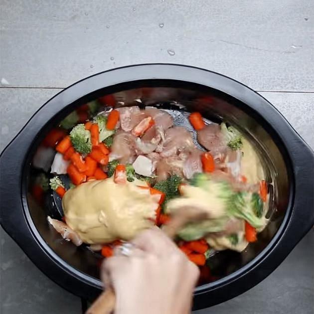 Přidejte kuřecí polévky (pokud nemáte krémové, tak dejte kuřecí vývar a nalijte do nich smetanu, v níž jste dobře rozmíchali trochu hladké mouky), baby karotku a brokolici. Dejte vařit na teplotu high na cca 3 hodiny.