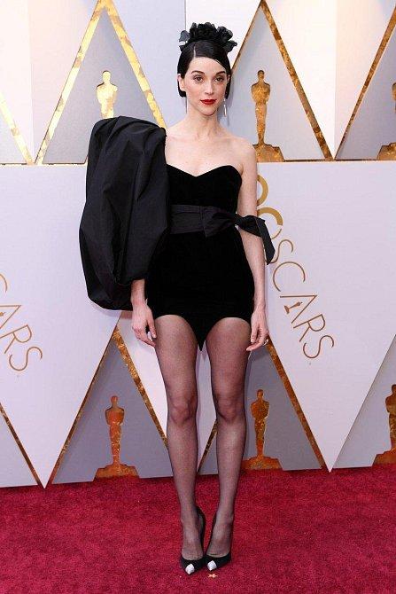 St Vincent přišla pro jistotu úplně bez sukně a možná tím odstartovala nový trend. Co vy na to?