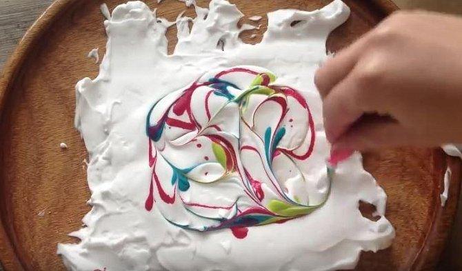 """Po nakapání poslední barvy, vezmeme do ruky párátko a začneme s ním do pěny """"kreslit"""". Až budeme s obrazcem hotoví, můžeme se pustit do práce. Pravidlem ale zůstává, že čím více barvy do sebe párátkem zapracujeme, tím méně ..."""