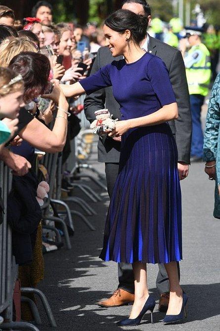 Sukně odhalila víc, než by se na vévodkyni hodilo.
