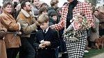 Bystrému oku princezny Diany neunikly ani nové trendy, v kostýmu Moschino jí to sluší.