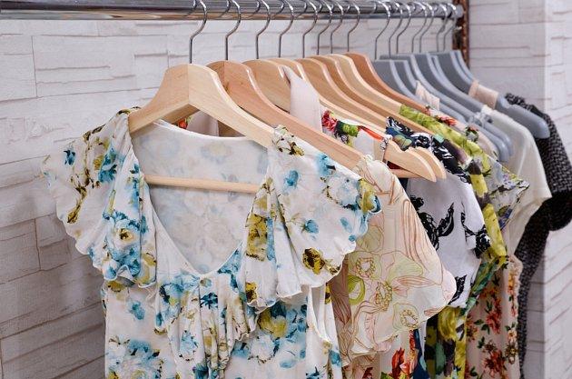 Šaty pro plnoštíhlé se vzory