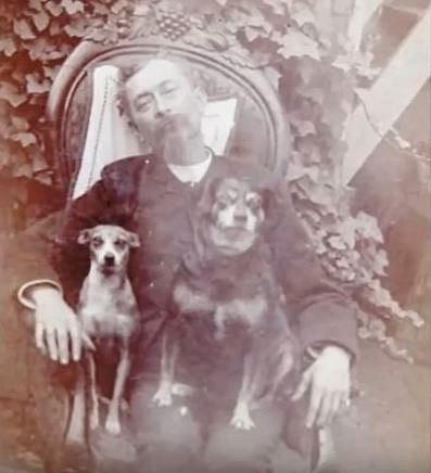 Pozůstalí také často nechávali zvěčnit své blízké s milovanými čtyřnohými mazlíčky.