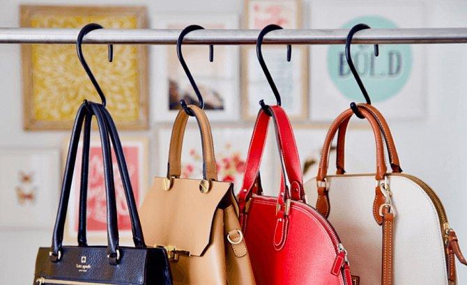 Těžší kabelky zavěste na háčky, které je udrží.