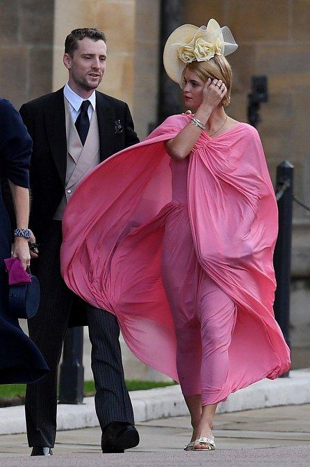 Zpěvačka Pixie Geldof s manželem Georgem Barnettem. Pixie oblékla výrazné růžové šaty se zakrytými rameny.