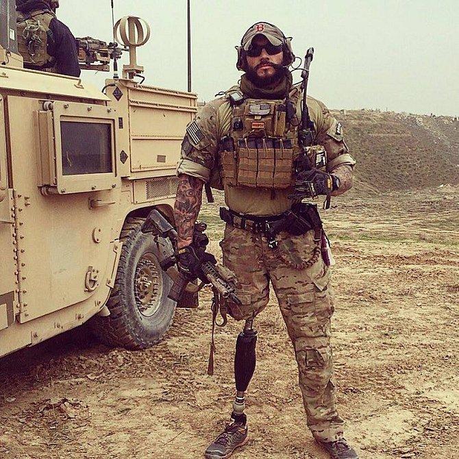Anthony učí vojáky, že přijít o nohu nemusí být nutně konec života.