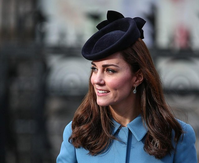 Tento model si Kate vzala 7. února na oslavu 75. výročí vzniku Air Training Corps uskutečněnou v kostele St. Clemens Danes v centru Londýna.