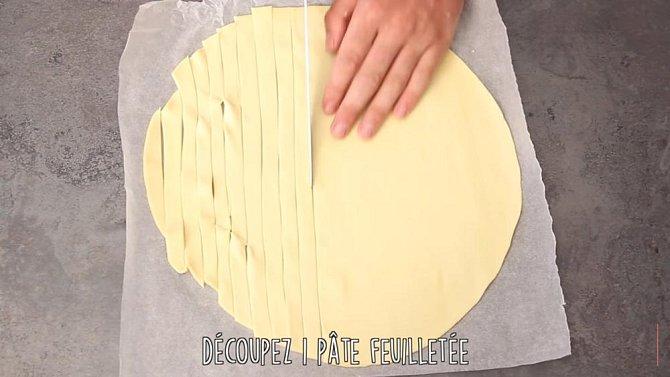 Nakrájejte si těsto na tenké plátky.