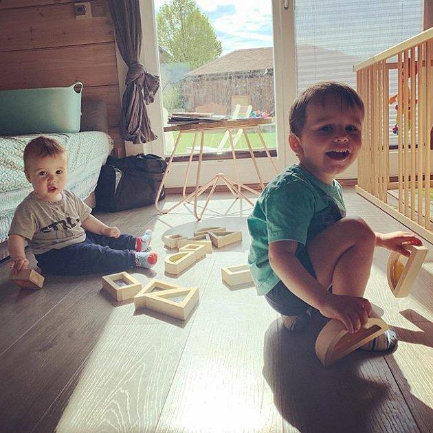 Oba dva chlapečci se mají čile k světu.
