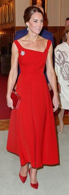 Na odhalená ramena si vévodkyně Kate troufne jen mimořádně na společenských akcích.