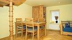 V kuchyni Terezy Kerndlové najdeme hodně nešizeného dřeva.