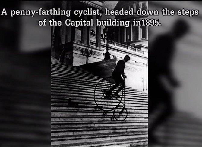 Cyklista na kostitřasu sjel schody vedoucí k budově Kapitolu. Fotografie z roku 1895.