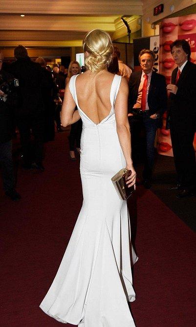 A ještě pohled na Eviny šaty zezadu.