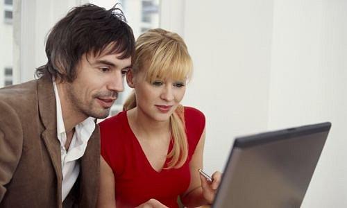 Muž a žena u počítače
