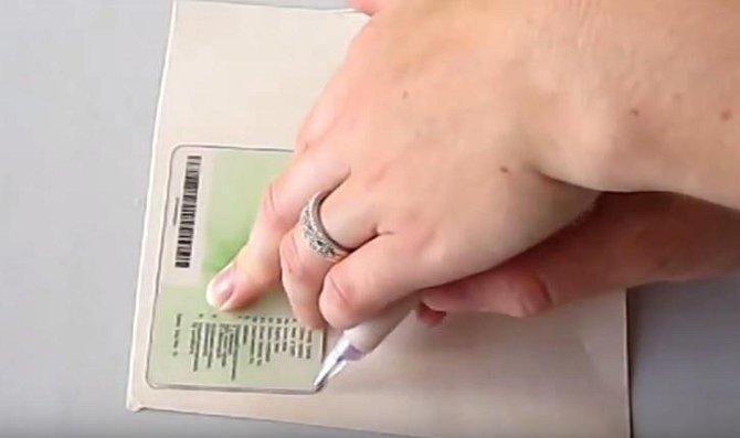 Na karton - nejlépe třeba kus krabice od rýže - obkreslíme kreditku.