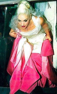 Gwen Stefani si vzala Gavina Rossdalea v šatech od Christiana Diora (vytvořil je John Galliano). Spodek šatů byl svítivě růžový a přecházel do bílé. Vypadalo to dost podivně.
