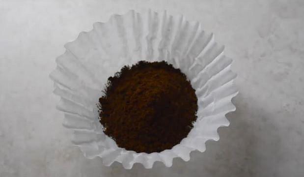 Naplňte jej čerstvě umletou kávou.