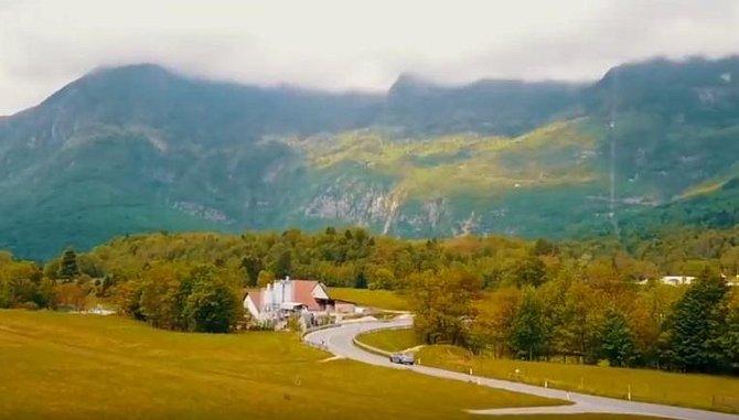 Těšit se můžete na krásnou krajinu, koupání v jezerech a narazit můžete i na malebná historická města.
