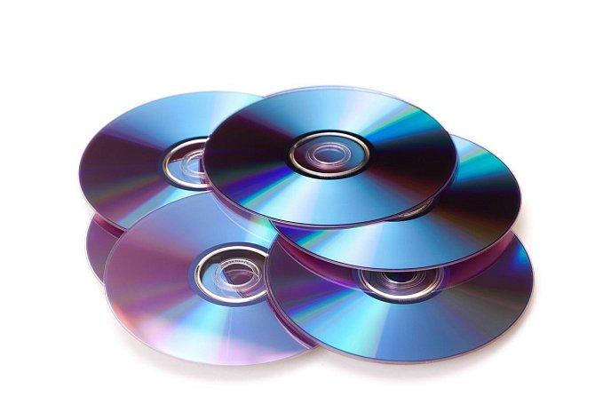 Díváte se na DVD? Zmáčkněte dvakrát po sobě stop a poté play. Přeskočíte tím reklamy.