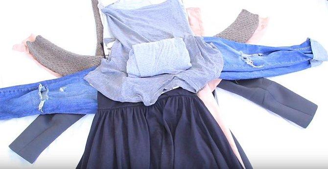 Jako poslední přijde spodní prádlo a ponožky zabalené do trička.