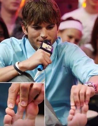 10. Ashton Kutcher - Ashton se netají s tím, že má částečně srostlé prsty na noze.