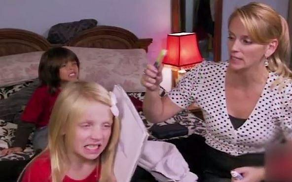Dívenky musí podstoupit bělení zubů, které jim provádí jejich matka.