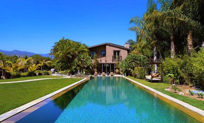 Od bazénu vypadá dům takto.
