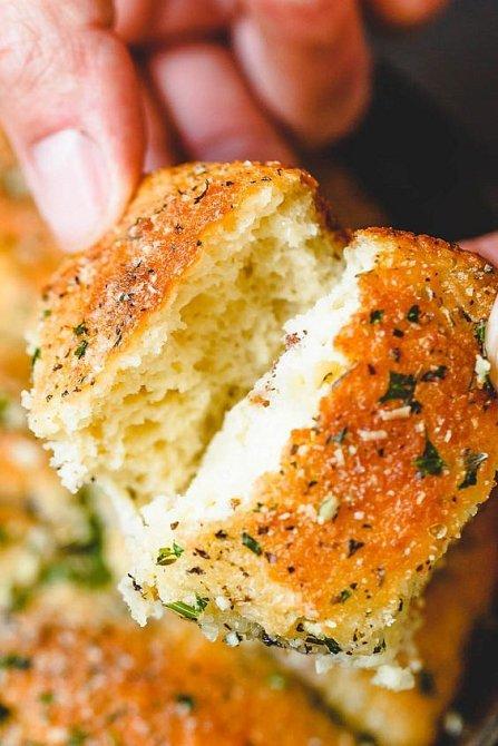 Slané pečivo a bylinkové máslo, nepřekonatelná dvojka.