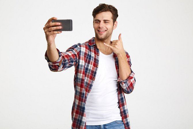 Často fotí sám sebe, aby přitáhl pozornost na sociálních sítích.
