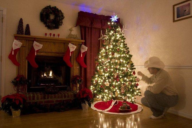 U Vánočního stromečku jsou všichni napnutí, jak se líbí jejich dárek.