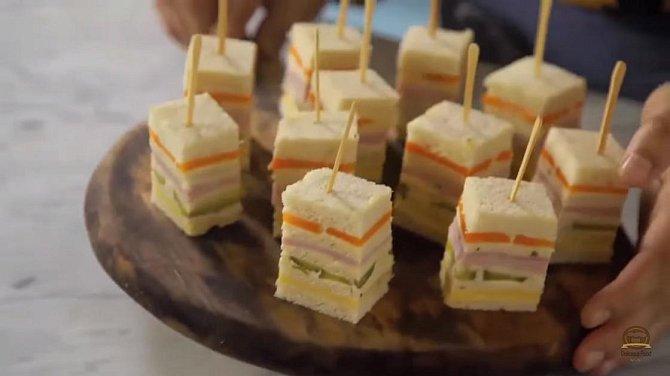 Sendvič 10 - Toustové kostky. Co budete potřebovat: toustový chleba, majonézu, pepř, bylinky dle chuti, sušený česnekový prášek, polotvrdý sýr, nakládané okurky, vepřová šunka a vařená mrkev