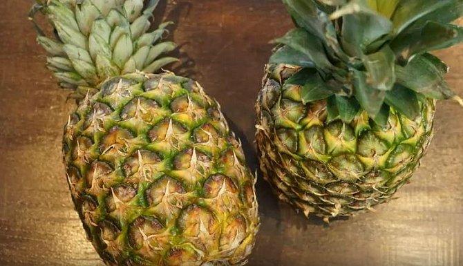 Ananas si mnoho lidí koupí, a než se dokope k tomu ho oloupat a sníst, ovoce se zkazí. Což je ale velká škoda. Loupání a porcování ananasu je totiž velmi snadné!